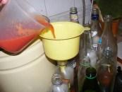 Paradicsomlé - A kancsóból tölcséren keresztül tölts egy keveset az üvegbe!
