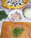 Bakonyi betyárleves - Gomba, hagyma, szalonna, zsálya, kakukkfű előkészítve.