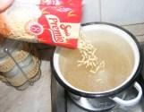 Levesbetét főzése - Zúdítsd bele a csigatésztát a forró vízbe!