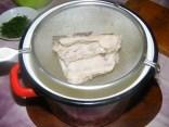 Karalábéleves - A megfőtt húsos csont a szűrőben.