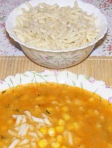 Levesbetét főzése - Kukoricaleves csigatésztával.