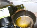 Paradicsomszósz - Önts kb. fél dl olajat egy kb. 2 literes serpenyőbe!