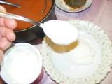 Paradicsomszósz - Egy mélytányérba szedj 3 evőkanál tejfölt!