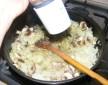 Töltött hagyma - Szórd meg borssal a párolódó gombás hagymát!