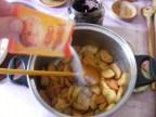 Rácsos almatorta - Szórj egy tasak vaníliacukrot az almaszeletekre!