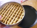 Rácsos almatorta - Tégy a tortaforma alá egy másik tepsit!
