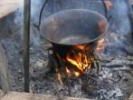 Slambuc - Lógasd az üres bográcsot a tűz fölé!