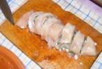 Zsályás csirkenyárs - Egy hústekercsből 7-8 szelet húscsiga lesz, ha felszeleteled.
