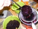 Bodzabogyószörp és bodzalekvár - Merj egy adag bodzahéjat egy fazékra tett szűrőbe!