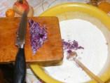 Lila hagymás kifli - Kapard a liszthez az apróra vágott lila hagymát!