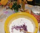 Lila hagymás kifli - A reszelt hagyma a lisztben.