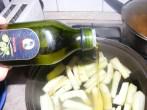 Cukkinis aprópecsenye - Ha száraz az edény alja, önts még a rudakra egy kis olajat!