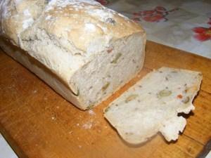 Olajbogyós kenyér - Kész, megszegve.