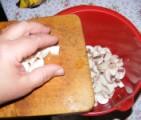 Gombaleves - Tedd külön edénybe a feldarabolt gombákat!