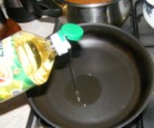 Gombaleves - Egy teflonserpenyőbe önts egy kevés olajat a rántásnak!