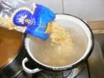 Gombaleves - Borítsd a levestésztát a forró vízbe!