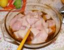 Fondüzés - A csirkemelldarabok a páclében.