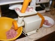 Töltött káposzta - Daráld le a húst!