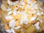 Krumplisaláta - A negyedelt főtt tojásokat szeleteld a krumplihoz!
