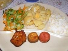 Fondüzés - Sült falatkák és saláták tányéron.