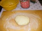Darázsfészek - Borítsd ki a tésztát a nyújtódeszkára!