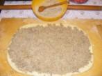 Darázsfészek - Terítsd szét egyenletesen a diótölteléket a tésztán!