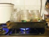 Narancslekvár - Tedd tepsibe az üres üvegeket, önts a tepsibe vizet, és melegítsd fel!