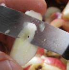 Almaszósz - A negyed almacikket vágd megint ketté, és így vágd ki az ottmaradt magtokot!