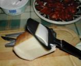 Sajtos padlizsán - Sajtvágóval szeleteld fel a sajtot!