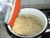 Diós tészta - Borítsd a széles metéltet a főzővízbe!
