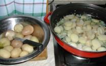 Dinsztelt krumpli - A főtt krumplikat karikázd a dinsztelt hagymára!