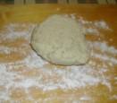 Szilvás gombóc - Tedd ki a tésztát lisztezett nyújtódeszkára!