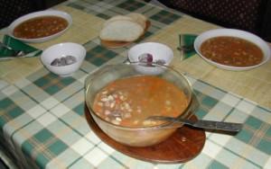 Babgulyás - Kész, tálban és tányérokban.