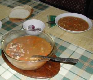 Babgulyás - Kész, tálban és tányérban.