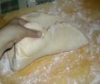 Túrós pogácsa - Nyújtás közben emelgesd meg a tésztát, és szórj alá lisztet!