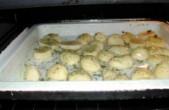 Sütőben sült krumpli - A fűszerezett krumplival teli tepsit tedd a sütőbe!