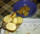 Sütőben sült krumpli - Krumplikiszedővel szedd ki a krumplit a tepsiből egy tálba!