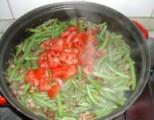 Andalúziai zöldbab - Borítsd a zöldbabra a paradicsomdarabokat!