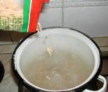Húsleves - Borítsd a levestésztát a forró vízbe!