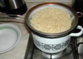 Húsleves - Tedd vissza a szűrőt a levestésztával a fazékra, hadd csöpögjön le a tésztáról a víz!