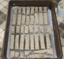 Szezámos - Tedd az első adag tészta szeleteit a tepsibe!