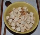 Zöldséges tofu - A kiszedett tofukockákat félretesszük