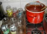 Csipkelekvár - Tedd az üvegeket egy tepsi meleg vízbe, a fortyogó lekvár mellé!