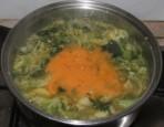 Kelkáposztafőzelék - Öntsd a rántást a főzelékbe!