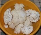 Rántott karfiol - A főzésre kész karfiol-rózsák a mosótálban.