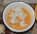 Rántott karfiol - Szedd át a karfioldarabokat a tojásba!