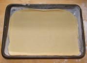 Zserbó - Az első réteg tészta a tepsiben