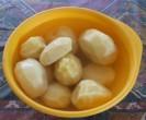 Törtkrumpli - A meghámozott krumplik a vizestálban