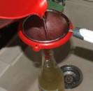 Bodzaszörp - A kancsóból tölcsérrel egy újabb szűrőn át öntsd a szörpöt tiszta üvegbe!