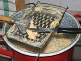 Nokedli - A szaggatás végén kapard le a lapátkáról is a tésztát!